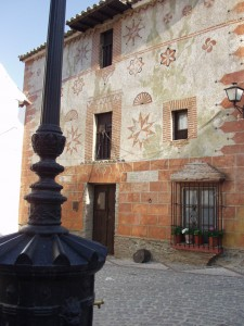 Esta colorida casa llama la atención en un pueblo blanco como Benarrabá.