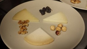 Tabla de quesos semicurados y curados de cabra y de oveja elaborados en Málaga.