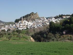 Vista de Ardales desde la carretera de El Burgo.