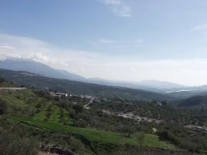 Al fondo, Periana, y en primer término, la aldea de Mondrón.