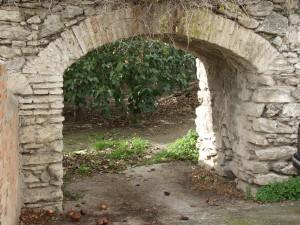 Cerca del centro del pueblo se conserva este singular arco.