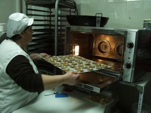 Rosario Ginés elabora los famosos panes de cortijo.
