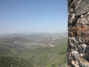 Desde la Torre Zambra (siglo XIII) se atisba el Puerto de Málaga.
