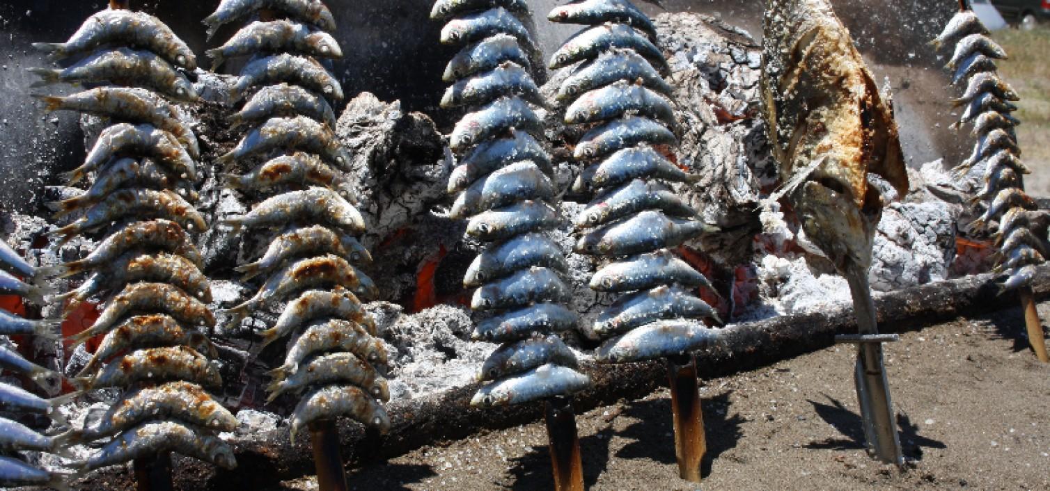 Espetos de sardinas y otros pescados.