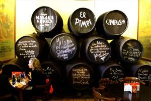Decenas de famosos han dejado su rúbrica en el Pimpi de Málaga.