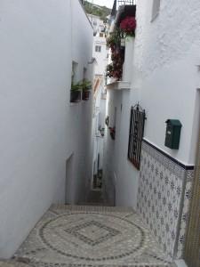 La calle Alcuza, con 56 centímetros de anchura, es la más estrecha de la Axarquía.