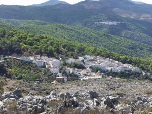 En primer término, el pueblo de Parauta.