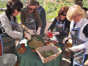 Aliño tradicional de las aceitunas aloreñas.