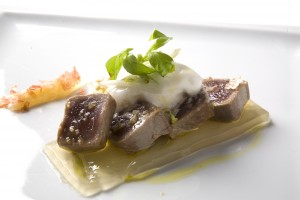 Tataki de atún con agua de tomate a la albajaca, nieve de queso de cabra y compota de ajos
