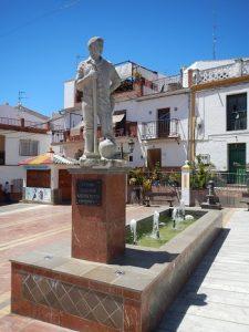 En la Plaza del Calvario de Benamocarra se encuentra el famoso 'Manolo'.