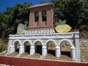 Esta simpática réplica del Puente delos Diez Ojos da la bienvenida a Benamargosa.