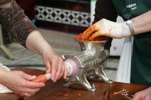 En la plaza del pueblo se embutirán las carnes para convertirlas en chacinas tradicionales.