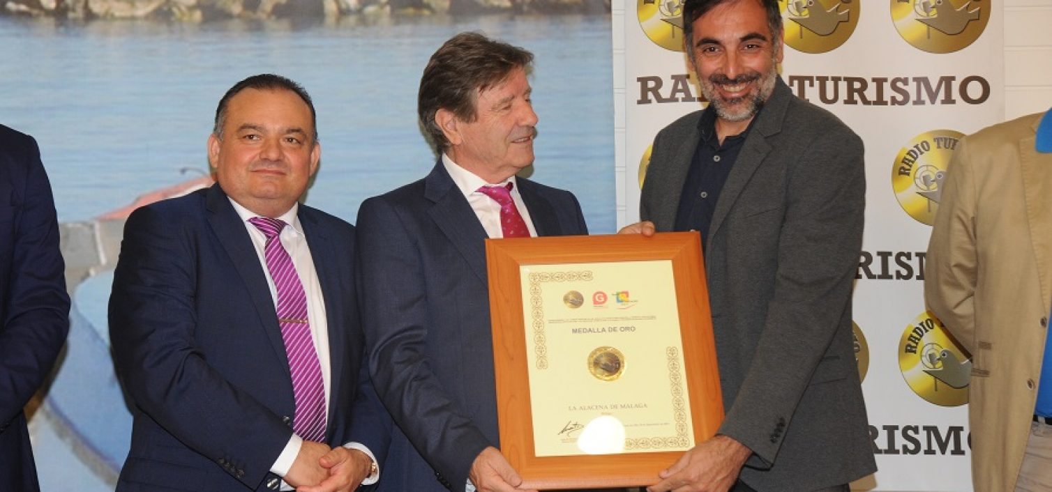 Norberto del Castillo entrega premio a La Alacena de Málaga. Recoge Javier Almellones
