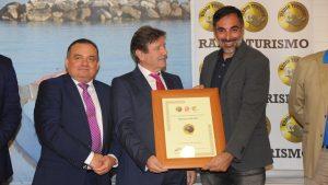 Javier Almellonres recoge la Medalla de Oro de Radio Turismo de manos de Norberto del Castillo.