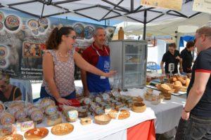 La Fiesta de la Cabra Malagueña 2018 es una buena ocasión para comprar quesos artesanos.