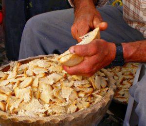 Es necesario cortar el pan fino en esta receta de la sopa mondeña.