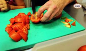 Receta de sopa de tomate fría con albahaca fresca.