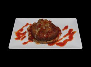 Tosta queso frito con cebolla caramelizada y mermelada de pimiento rojo (50 y uno)